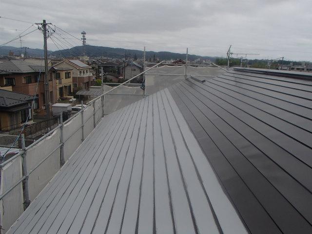 上塗り1回目 塗装中 トタン屋根