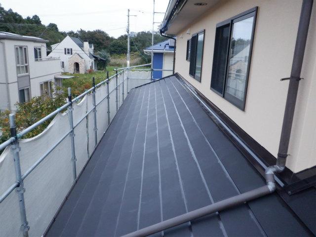 トタン屋根 上塗り1回目 刷毛 ハゼ