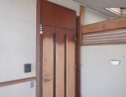 玄関ドア 塗膜除去中